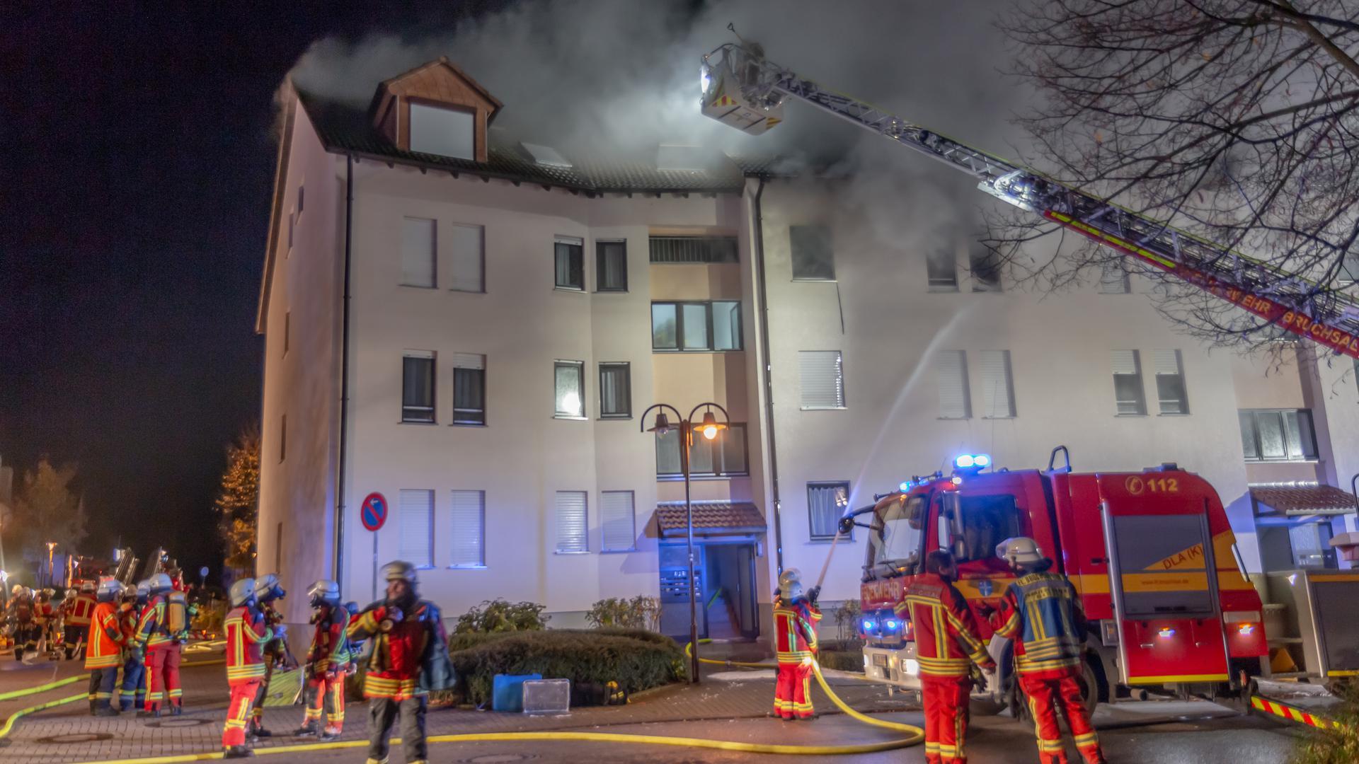 Ein Wohnungsbrand beschäftigte am späten Samstagabend die Einsatzkräfte in Bruchsal.