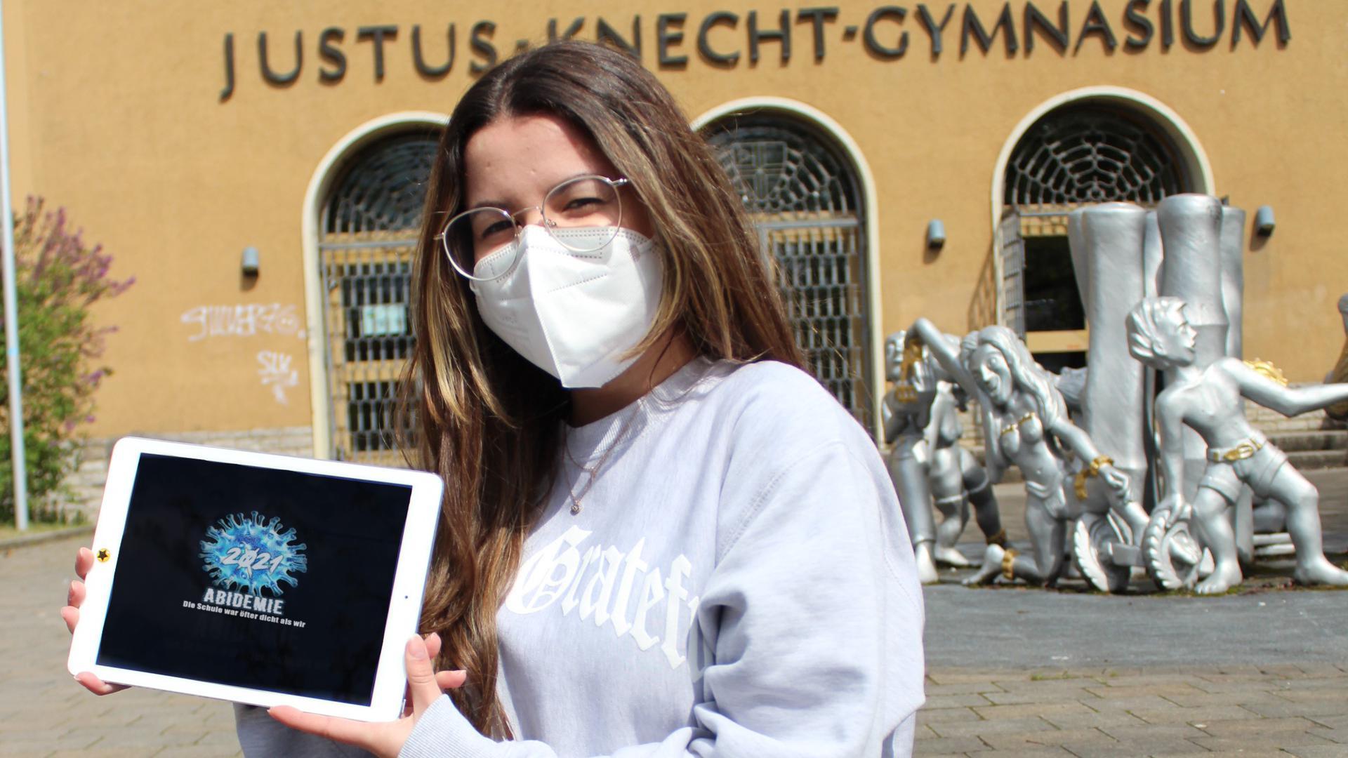 Auf dem Bild is Lorena Heid, 17 Jahre, aus Bruchsal zu sehen. Sie ist Schülerin des JKG (Kursstufe 2).  Sie steht/sitzt vor dem Justus-Knecht-Gymnasium in Bruchsal.
