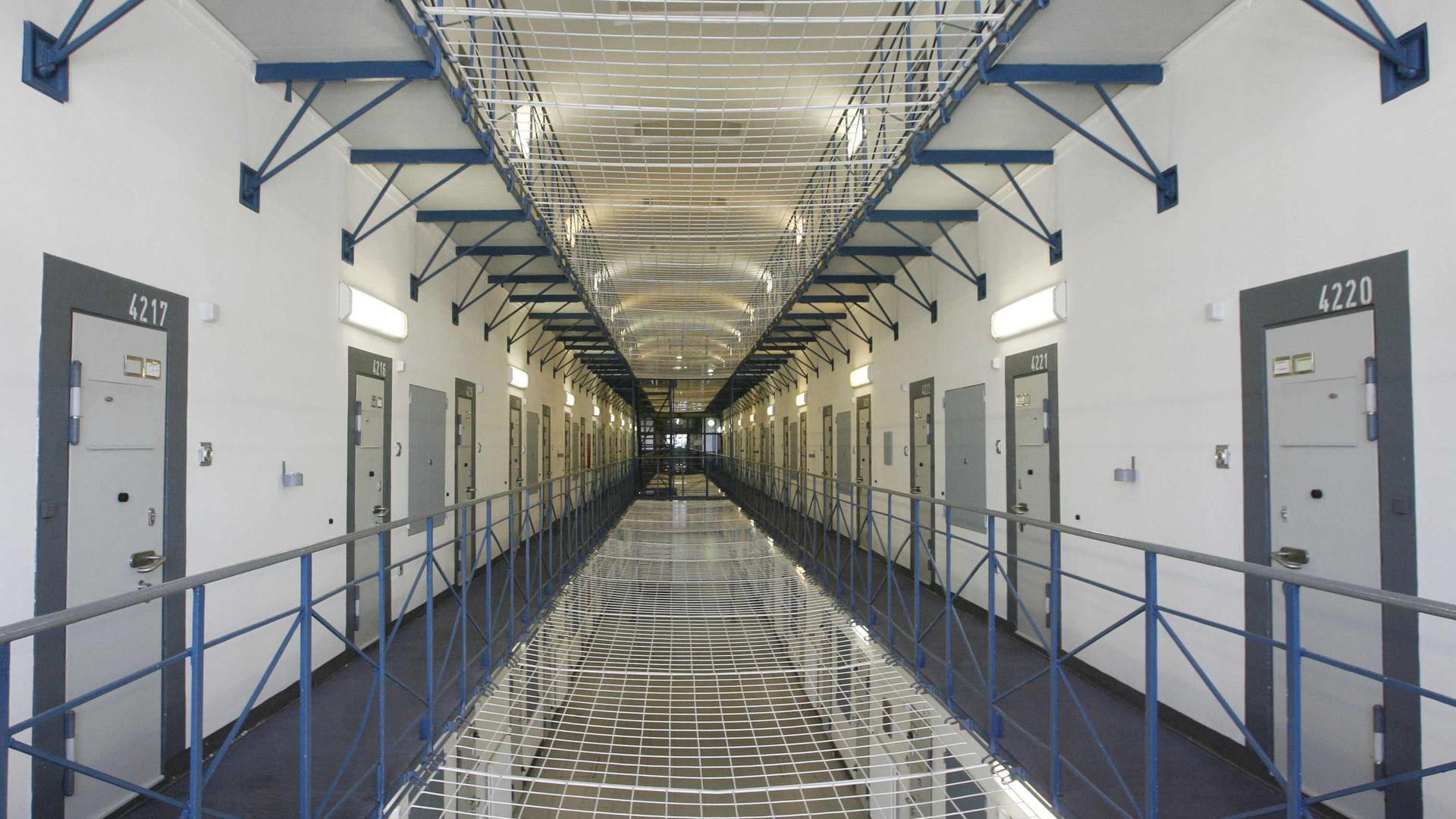 ARCHIV - Das Foto vom 27.03.2007 zeigt einen von vier Gefangenenflügeln der Justizvollzugsanstalt Bruchsal (JVA). In der JVA bei Karlsruhe sitzt der ehemalige RAF-Terrorist Klar seine Strafe ab. Bundespräsident Köhler hat das Gnadengesuch des ehemaligen RAF-Terroristen Klar abgelehnt. Dies teilte das Präsidialamt am Montag (07.05.2007) in Berlin mit. Foto: Uli Deck dpa/lsw +++ dpa-Bildfunk +++