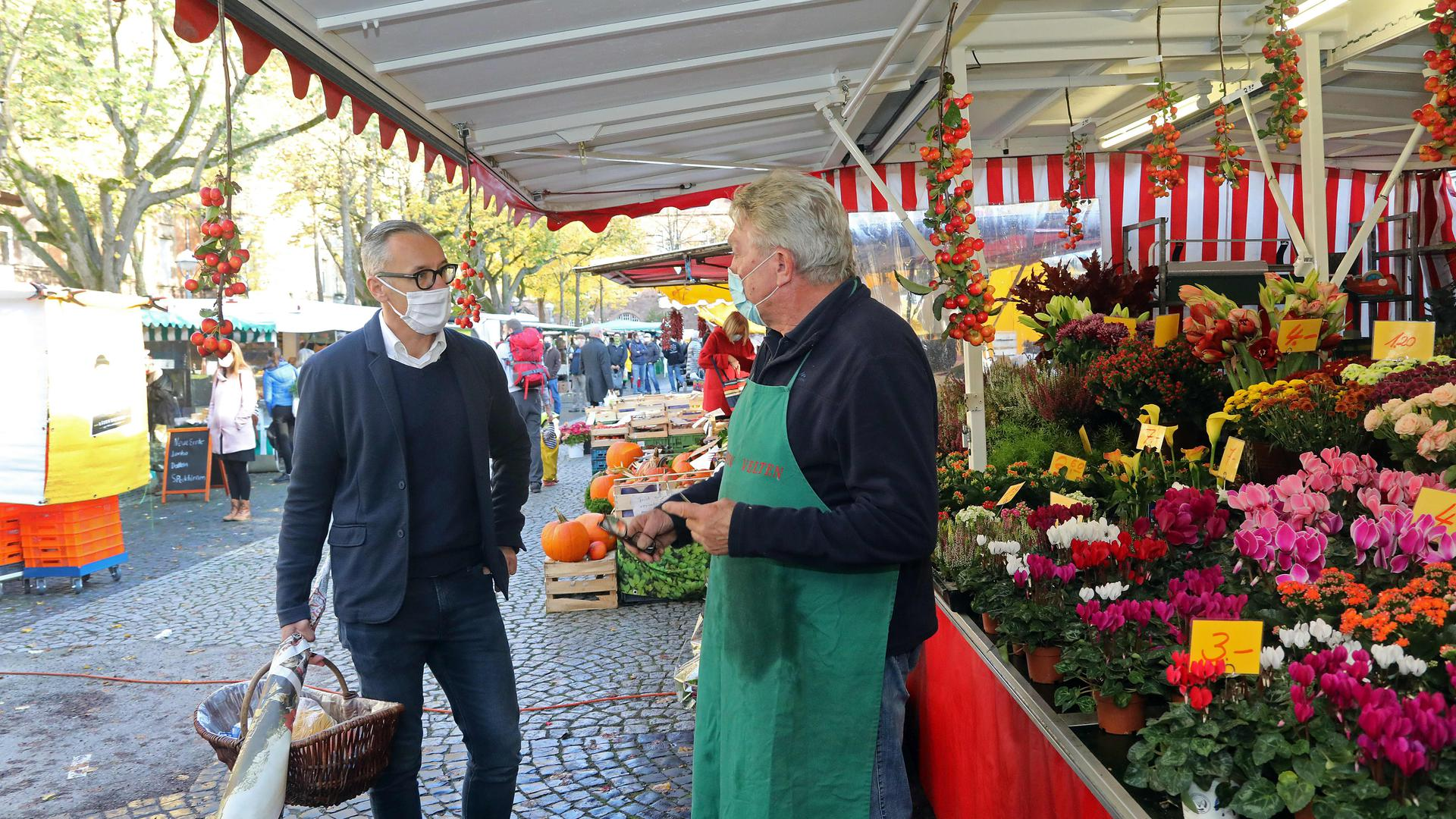 Wahlkampf im Lockdown: Sven Weigt, Bürgermeister von Karlsdorf-Neuthard, macht sich in Karlsruhe bekannt, hier auf dem Wochenmarkt. Große Veranstaltungen gehen im Moment nicht, Weigt setzt auch auf Online-Wahlkampf.