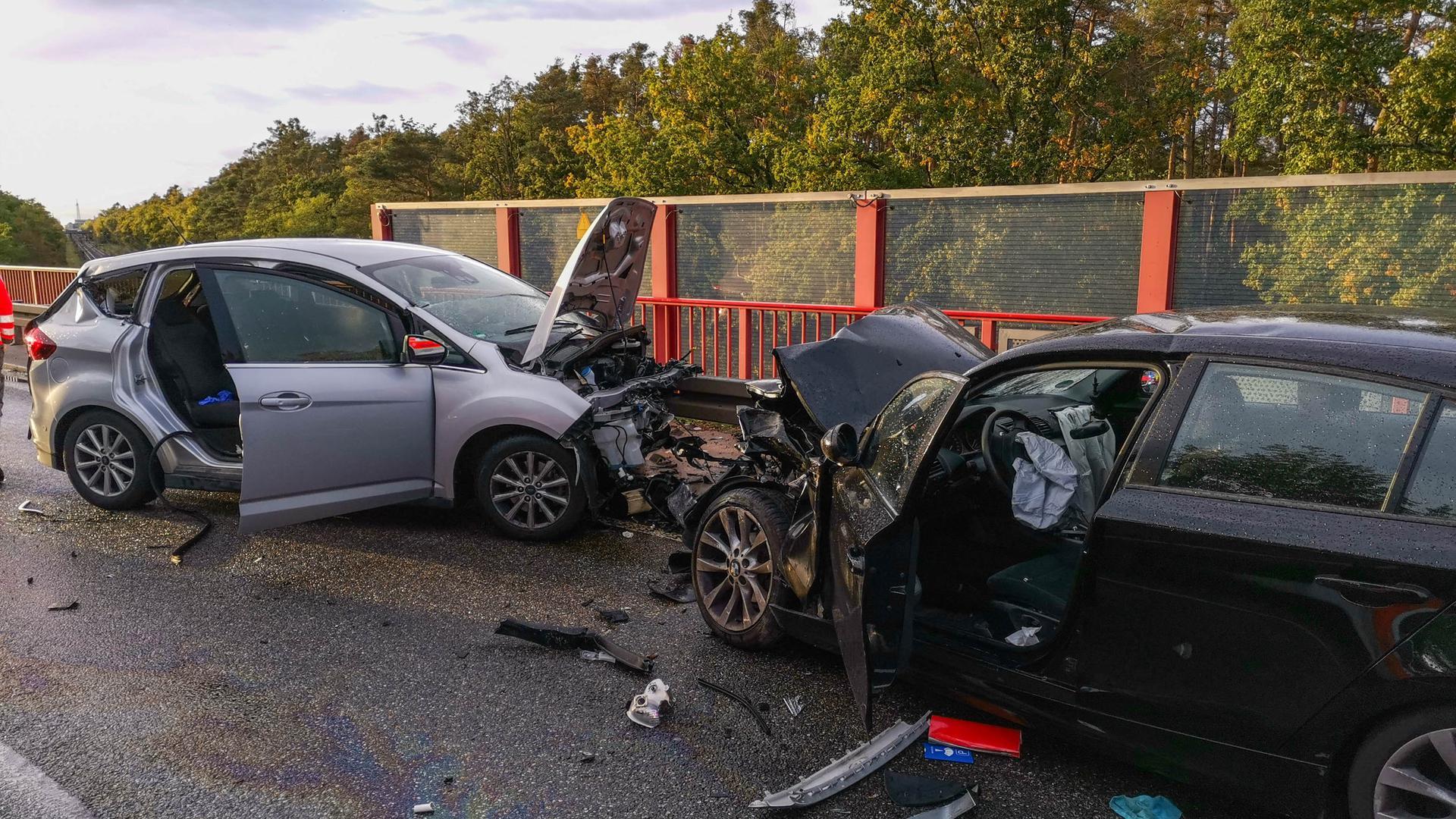 Bei einem Frontalzusammenstoß auf der B35 bei Karlsdorf-Neuthard sind am Dienstag im Berufsverkehr mehrere Menschen verletzt worden.