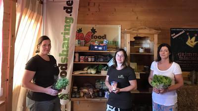 Drei Frauen stehen am Foodsharing Regal in Neuthard