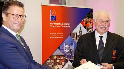 13.11.2020 Jürgen Görze (rechts), Leiter der Greifvogelpflegestation Karlsdorf, erhält aus der Hand von Minister Peter Hauk das Bundesverdienstkreuz.