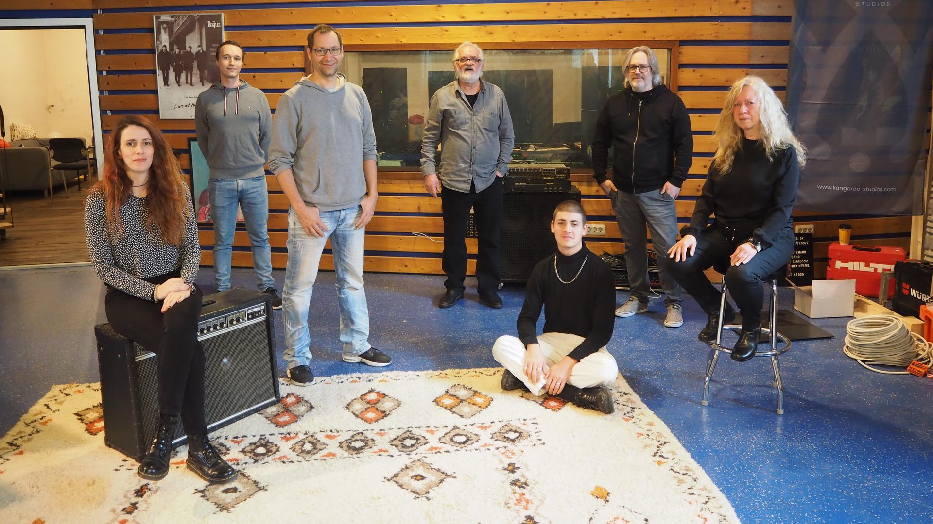 Mehrere Menschen in einem Tonstudio