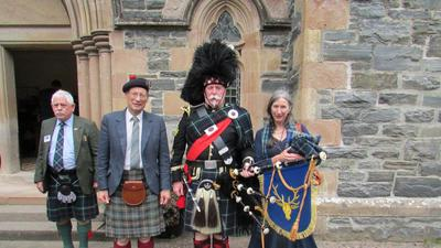 Dudelsackspieler Peter Kunz (2.v.re) bei seiner Ernennung Ernennung zum Personal Clanpiper durch den Clanchief, den fünften Earl of Cromatie (2. von links), vor der Kathedrale von Strathpeffer. Mit dabei die Countess of Cromatie (rechts)