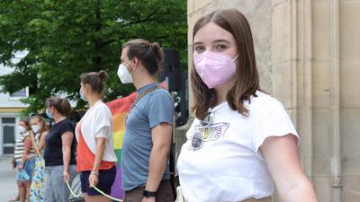 Bunter Protest: Wie Schülerin Celina aus Waghäusel haben am Samstagabend in Bruchsal Hunderte Gläubige gegen die Haltung des Vatikans zu gleichgeschlechtlichen Beziehungen demonstriert.