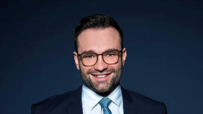 Mann mit Brille, Dreitagesbart und Krawatte