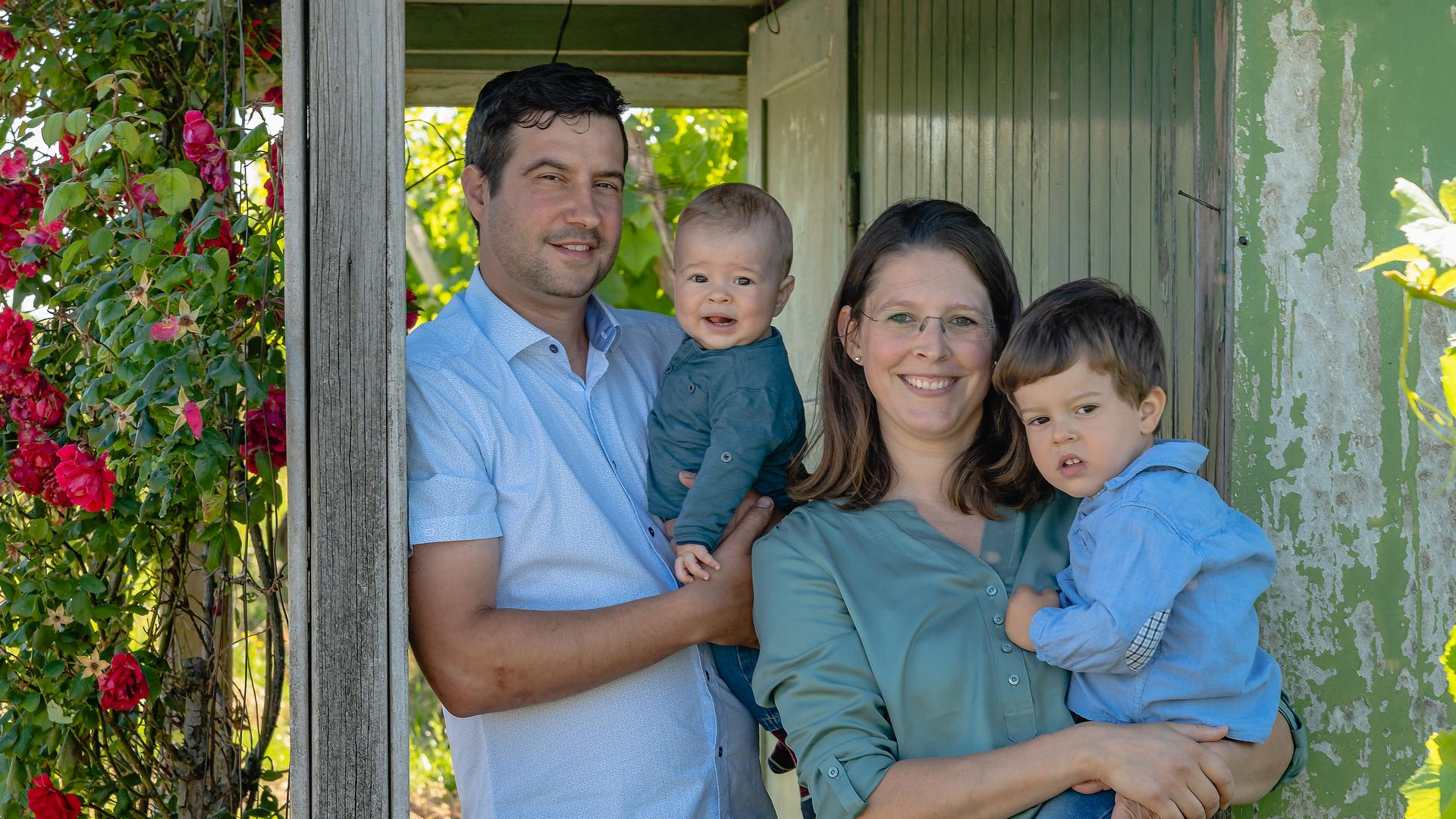Dominik Zorn (links) setzt auf die Unterstützung seiner Frau Nadine. Die beiden Kinder lernen schon früh das Feld und die Weinreben kennen.