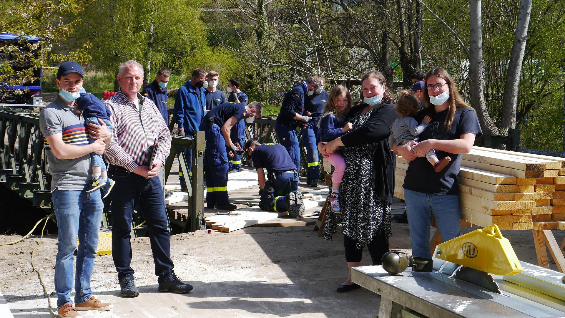 Dennis Brunner, Manfred Gasafi, Eva-Maria und Steven Mahncke wurden vom Brückenbau in Unteröwisheim unangenehm überrascht.