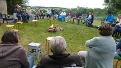 """Eine große Runde versammelte sich zur """"Theologie am Lagerfeuer"""" hoch über Menzingen mit Blick über die Kraichgauhügel"""
