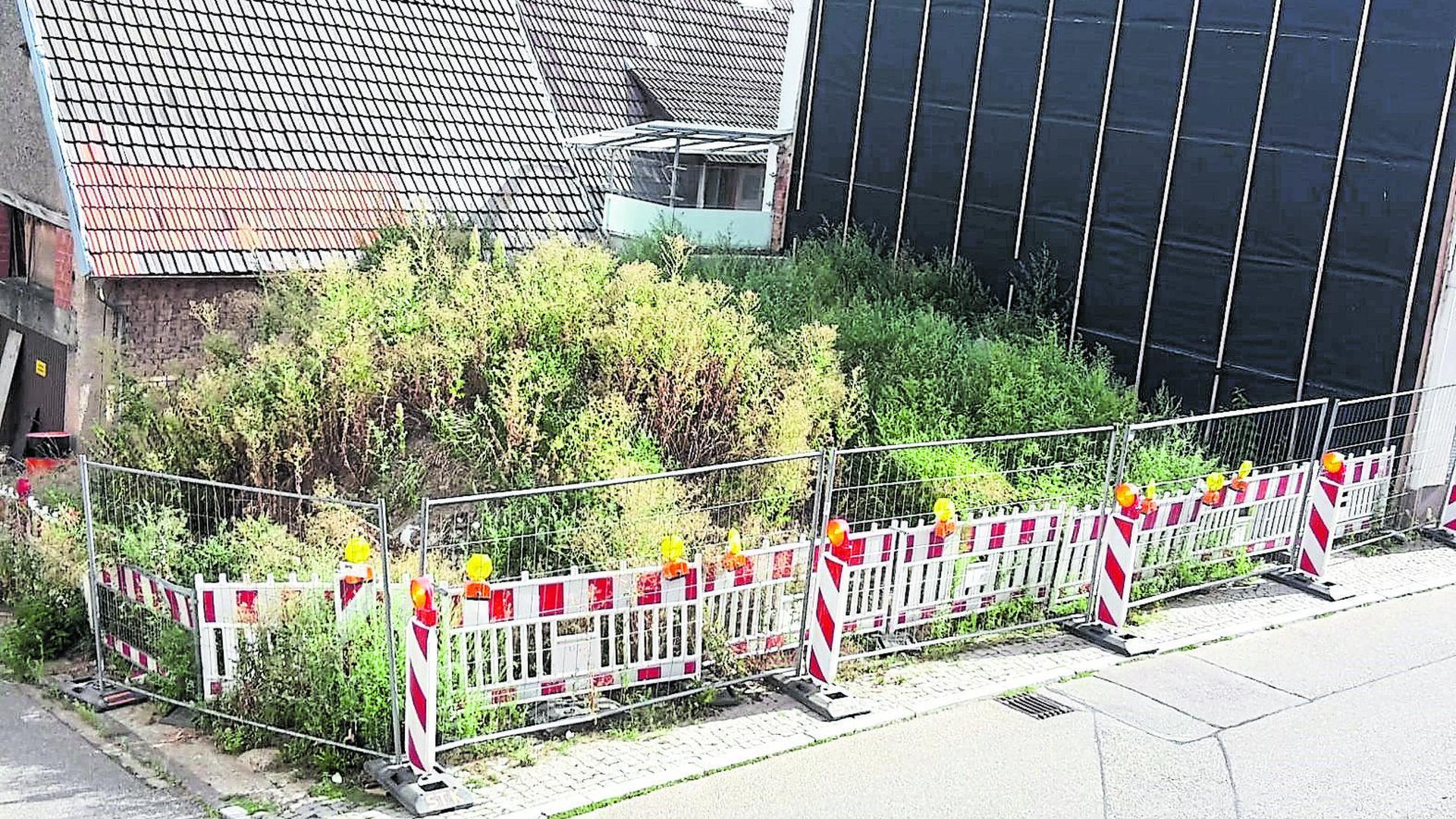 Der Gochsheimer Schandfleck: Die Brandruine besteht seit 2015. Doch nichts tut sich. Bis jetzt. Nun ist das Grundstück samt Bauschutt verkauft.