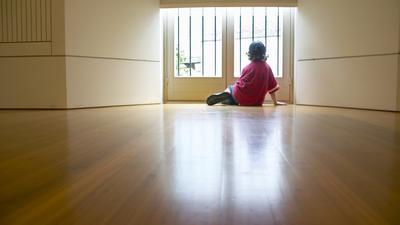 Kinder und Jugendliche tragen die Isolation oft ins Erwachsenenalter: Betroffene von sozialer Phobie erleben erste Anzeichen der Angststörung häufig schon in jungen Jahren.