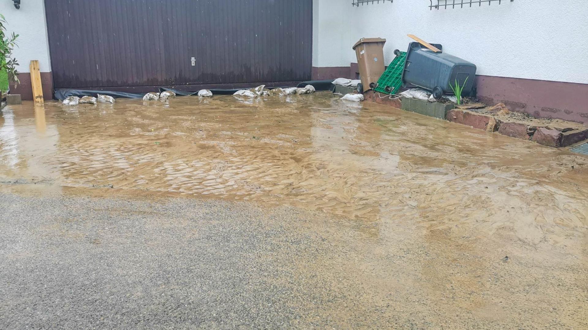 Wasser vor Garage