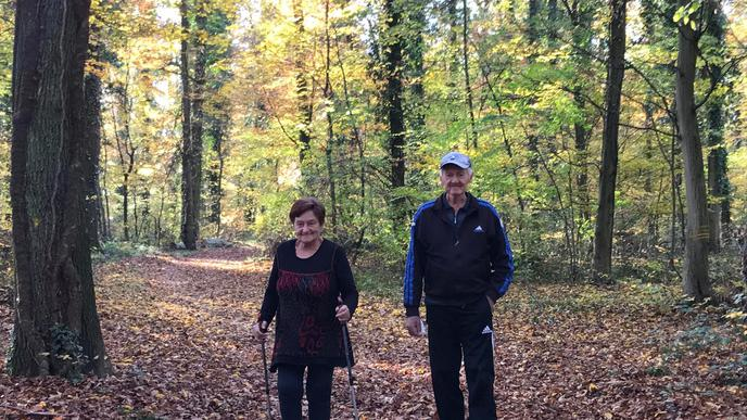Altes Paar im Wald