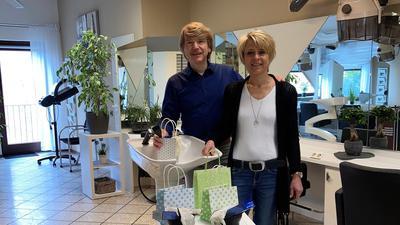 Frank und Sandy Ziegler behelfen sich bei ihrem Friseursalon in Kraichtal zwischenzeitlich damit, den Kunden Farbe nach Hause zu liefern.