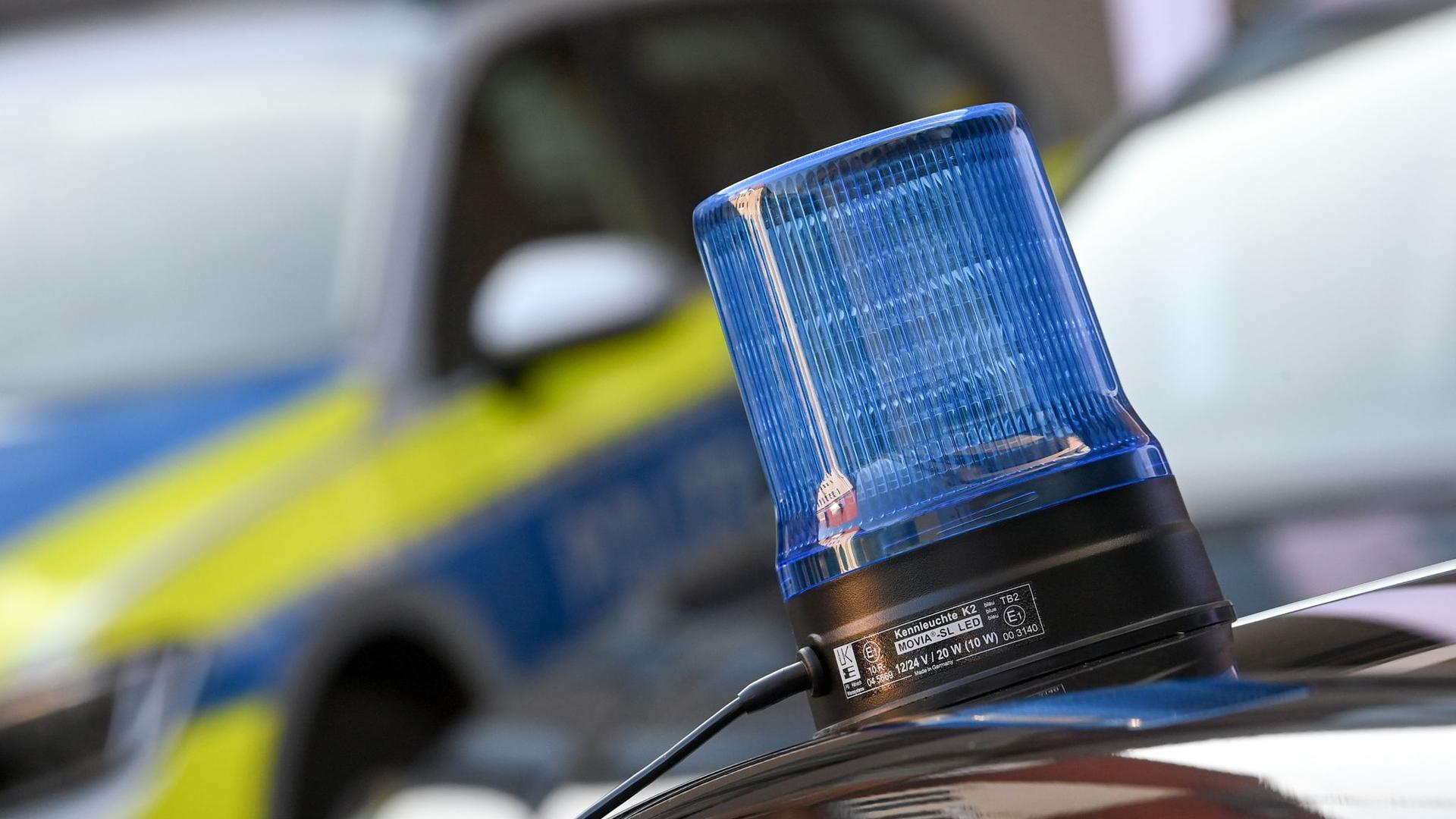 Ein Blaulicht ist auf dem Dach eines Einsatzfahrzeuges zu sehen.