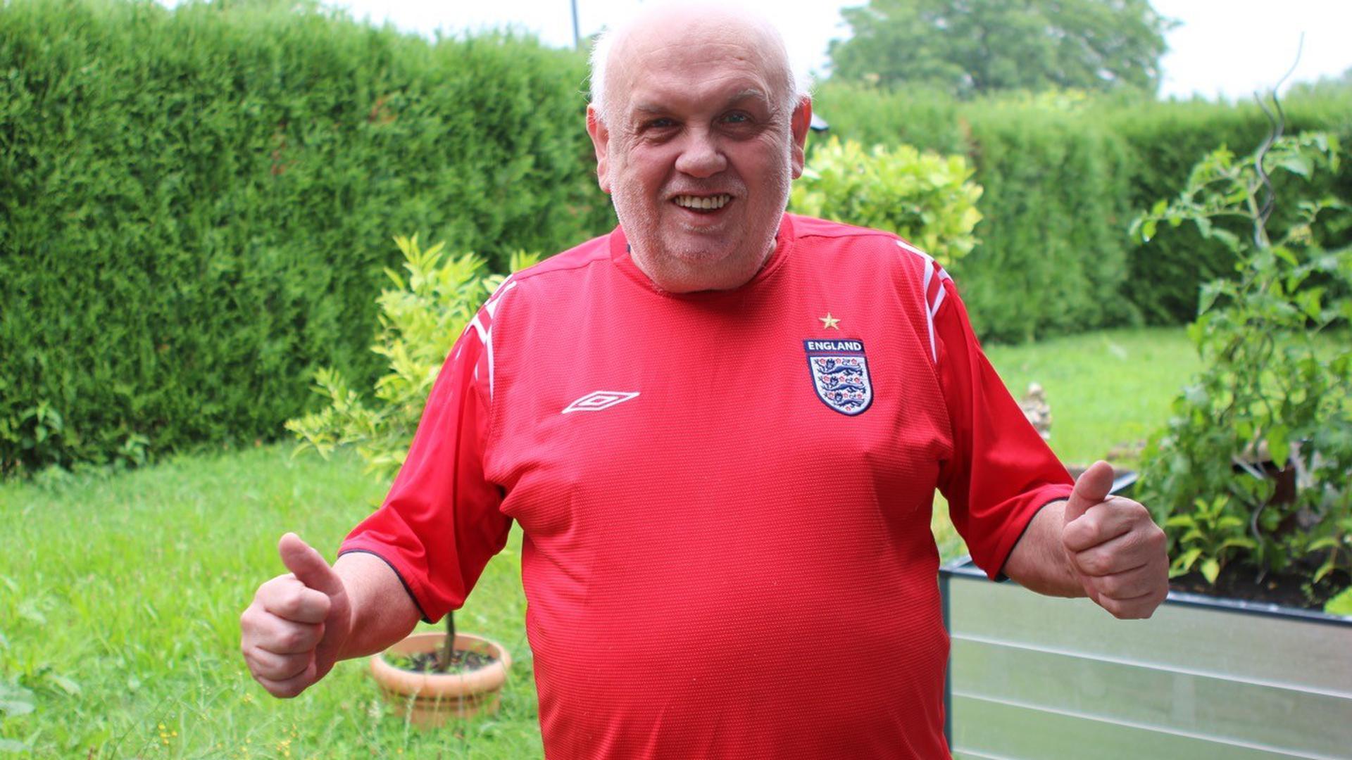 """Daumen hoch: Der 67-jährige Englän-der Roland (""""Fred"""") Pickering aus Kronau erhofft sich beim EM-Finale einen fußballerischen Leckerbissen."""