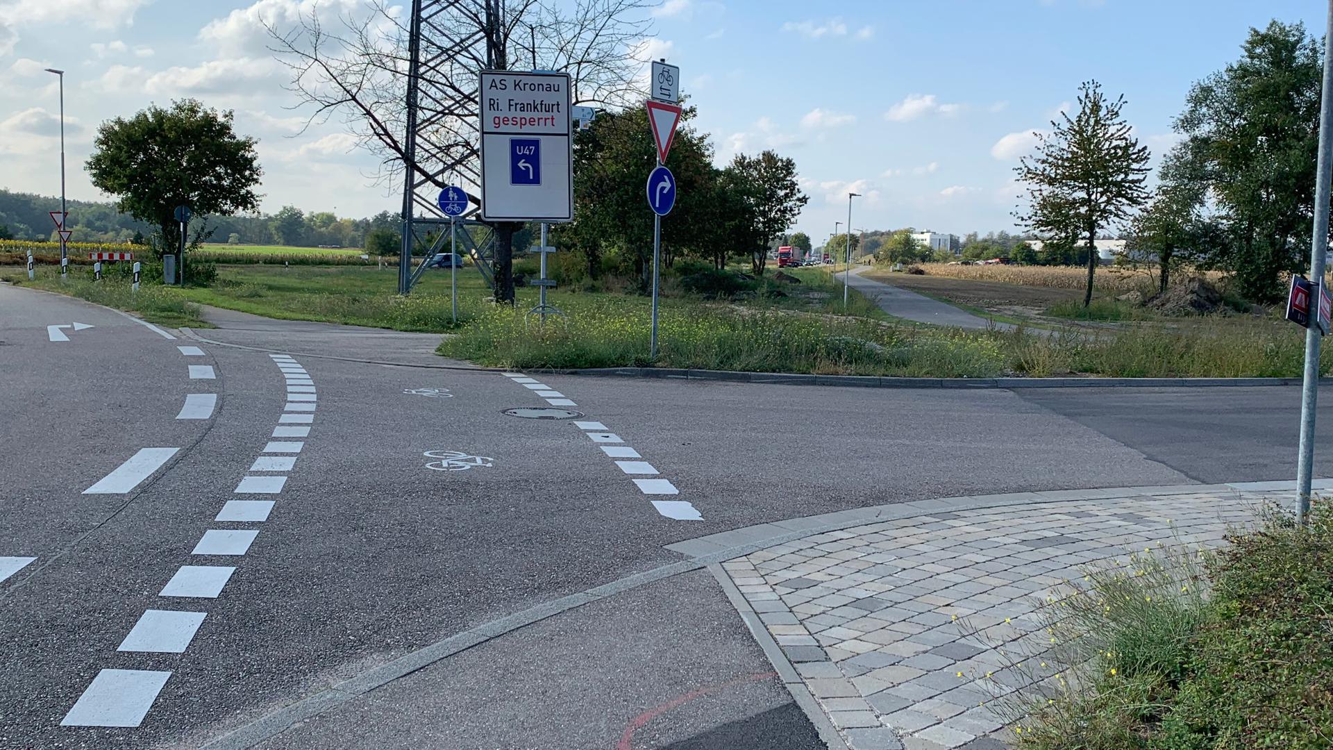 Kreuzung mit Schildern und einem Radweg