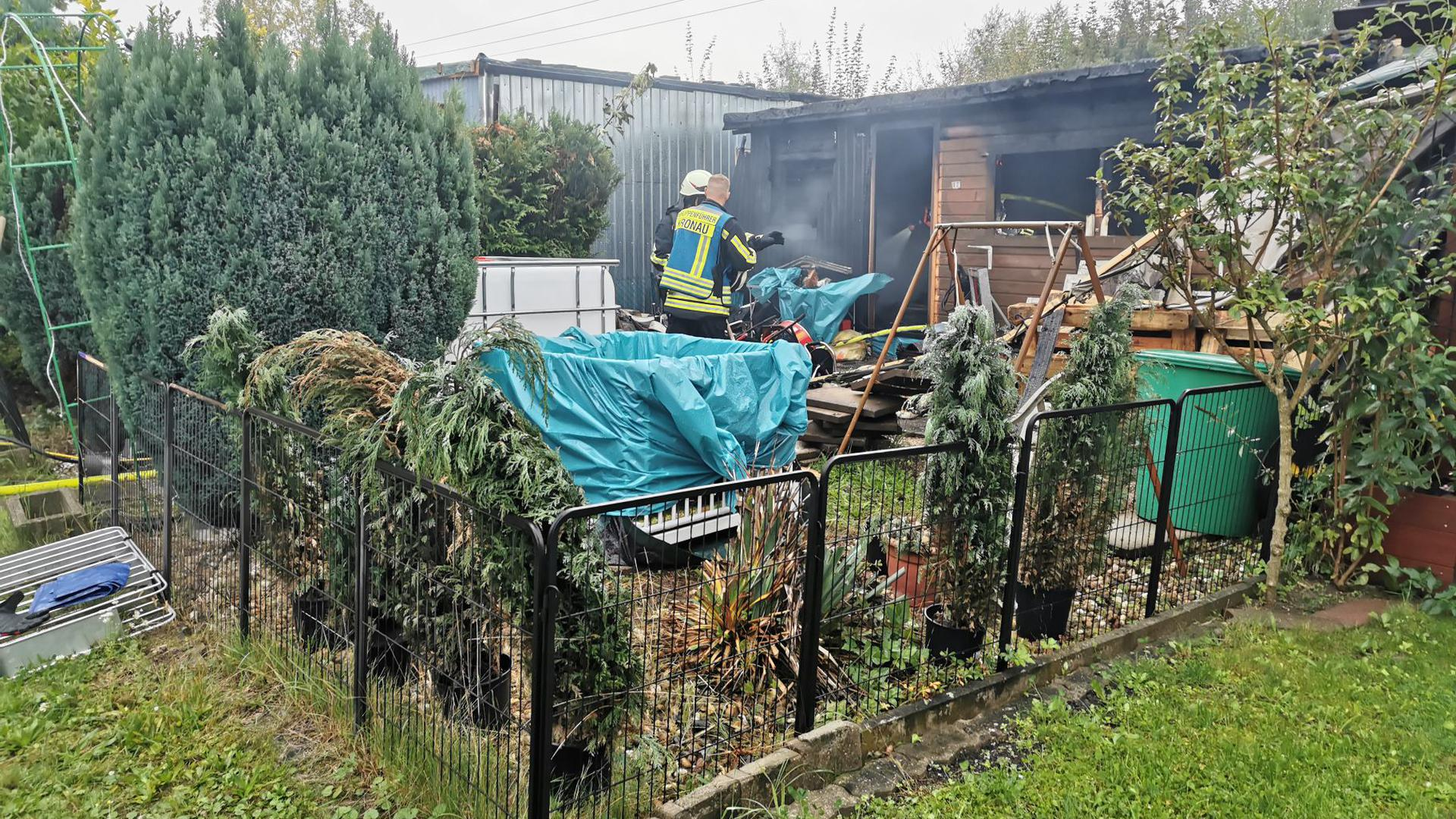 Bei dem Brand einer Hütte auf einem Kronauer Campingplatz ist am Donnerstagmorgen ein Mann ums Leben gekommen. Nachbarn hatten noch versucht, mit Gartenschläuchen zu löschen.
