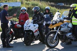 Vier Motorradfahrer mit Trainer ohne Motorrad und ohne Helm