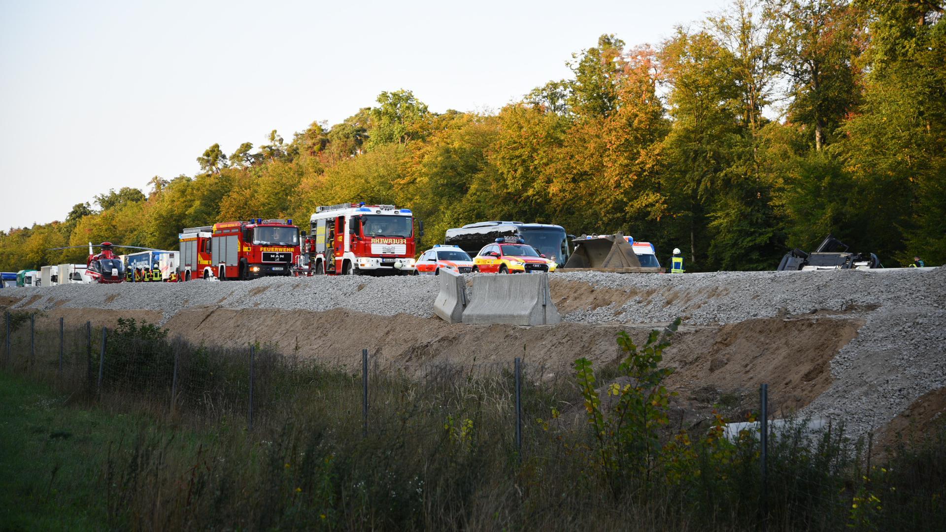 Im Baustellenbereich auf der A5 bei Kronau ist am Freitagmorgen ein Pkw verunglückt, nachdem er einen Reisebus touchiert hatte.