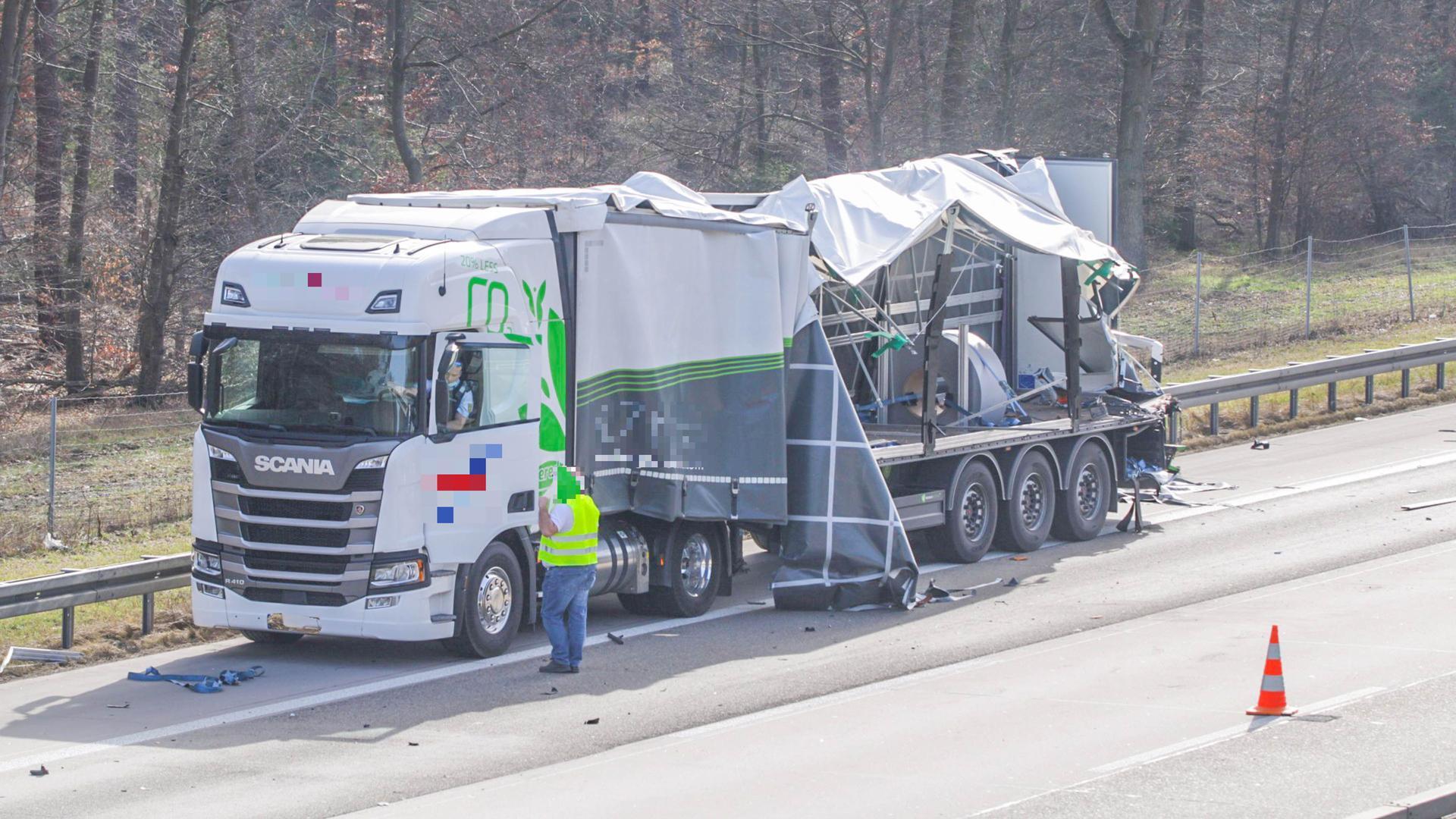 Ein zerstörter Lkw steht nach einem Unfall auf der A5