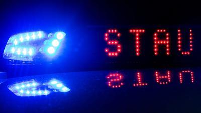 Das Blaulicht leuchtet bei einem Stau auf dem Dach eines Polizeifahrzeuges.