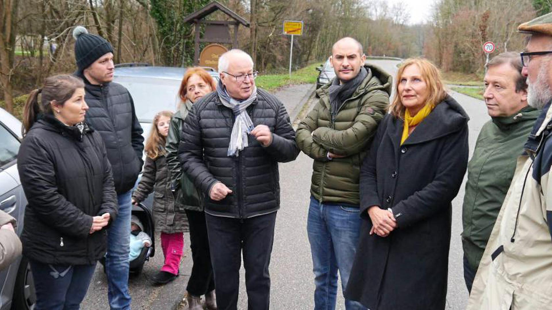 Anwohner hoffen auf Hilfe: Bürgermeister Tony Löffler (Mitte) erläutert mögliche Maßnahmen gegen den Lärm. Hinter ihm steht Ingrid Ratajczak vom Grünen-Ortsverband, rechts Danyal Bayaz, Andrea Schwarz und Thomas Marwein.
