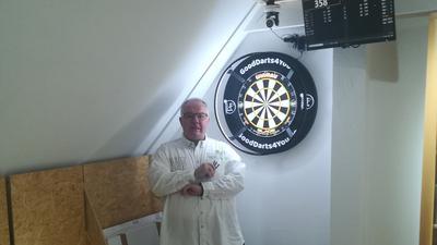 Der Inhaber Pimin Sonnendecker in seinem Dartshop GOODDARTS4YOU in Oberhausen-Rheinhausen.