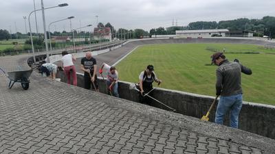 Ehrenamtliche arbeiten an der Radrennbahn des RSV Oberhausen.