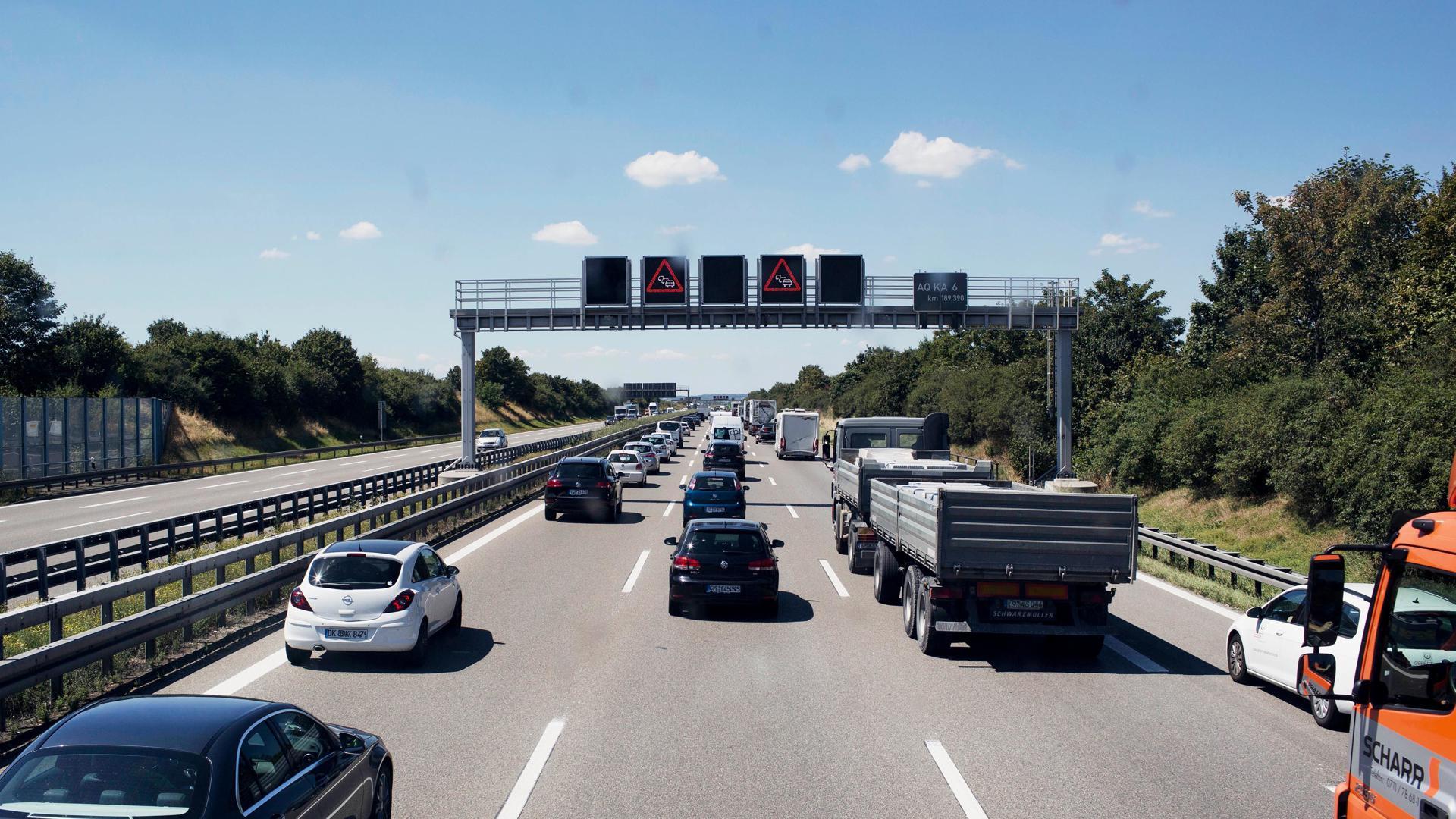 Ein Stau auf einer Autobahn.