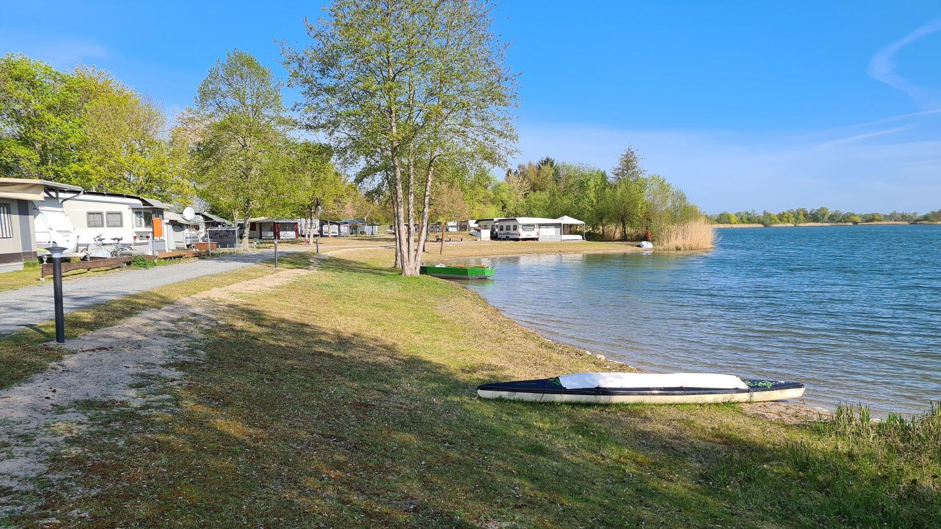 Campingplatz mit Wohnwagen und Sandstrand am Erlichsee in Oberhausen-Rheinhausen.