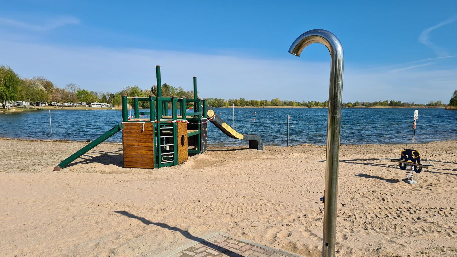 Am Erlichsee gibt es einen großen Sandstrand mit Spielplatz und Duschen.