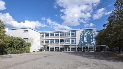 Schulfassade. Mit Kopf des Universalgelehrten Gottfried Wilhelm Leibniz.