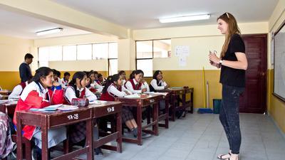 Junge Frau unterrichtet Schüler in Südamerika