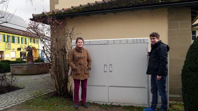 Sabrina (links) und Jan Burkhardt stehen vor einem Verteilerkasten.