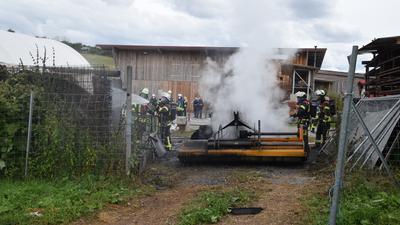 brennender Traktor vor Gebäude