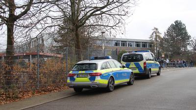 Großeinsatz an der Östringer Thomas-Morus-Realschule: Nach einer Messerattacke riegelte die Polizei das Gelände ab.