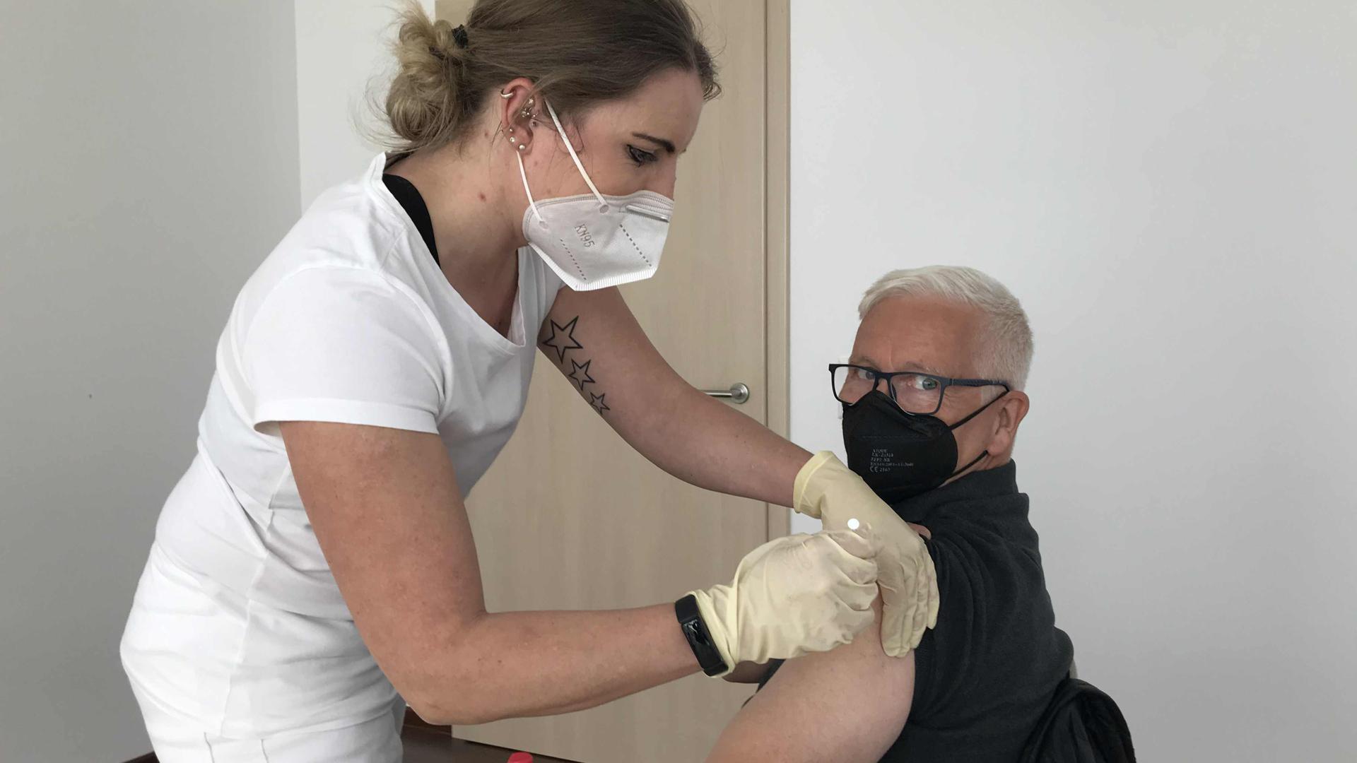 Routine beim Impfen: Simone Warth sticht geübt zu. Sie arbeitet als Arzthelferin in Östringen. Impfling Klaus Burkard freut sich über seinen ersten Piks.