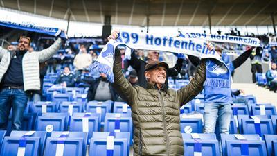 Fan mit Schal im Stadion