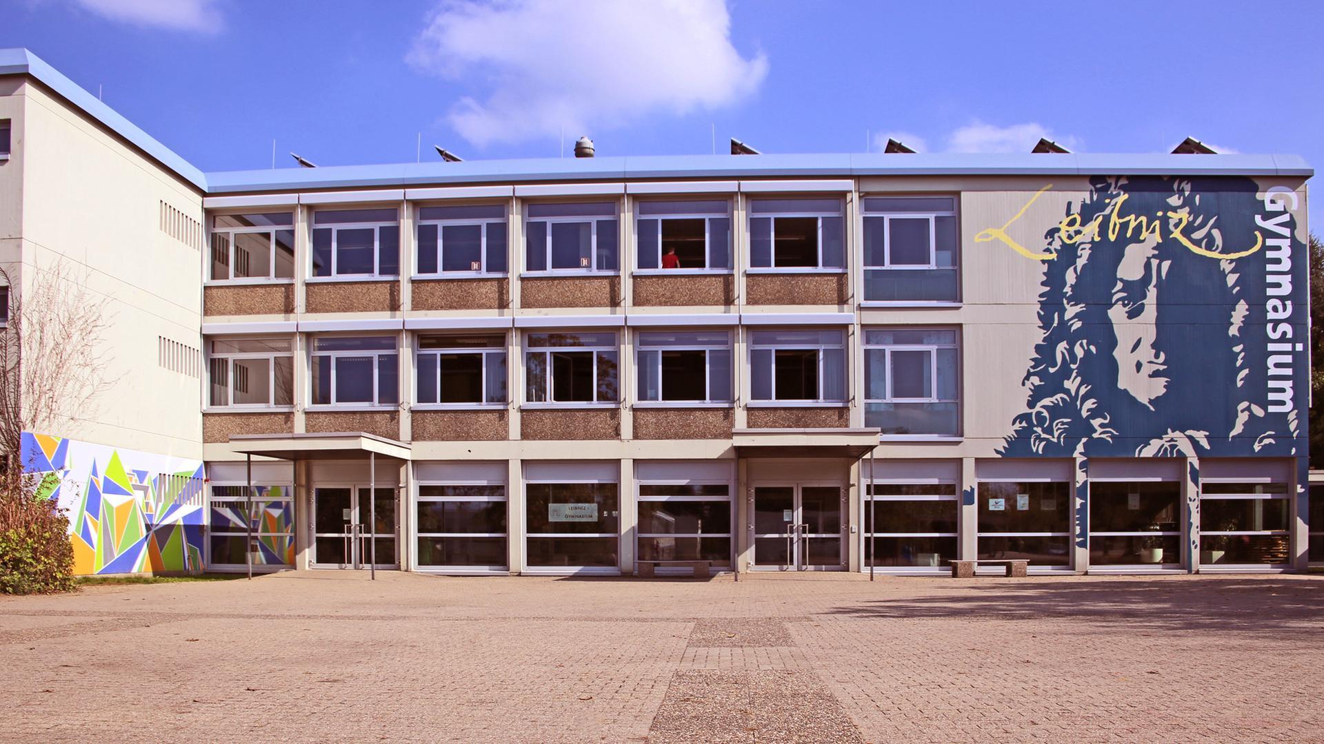 Schulgebäude mit Pausenhof.