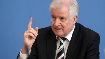 Horst Seehofer (CSU) gestikuliert.