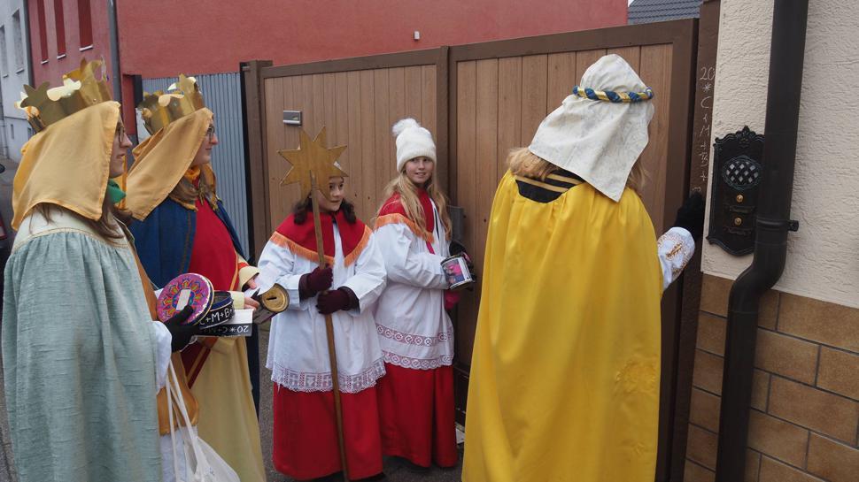 """Die Sternsinger zogen am Dreikönigstag durch die Straßen von Karlsdorf. An den Haustüren und Toren hinterließen sie den Spruch """"Christus Mansionem Benedicat"""" (Christus segne dieses Haus). Kein Besuch war dabei wie der andere. Einmal wurden sie sogar mit einem Akkordeon begrüßt."""