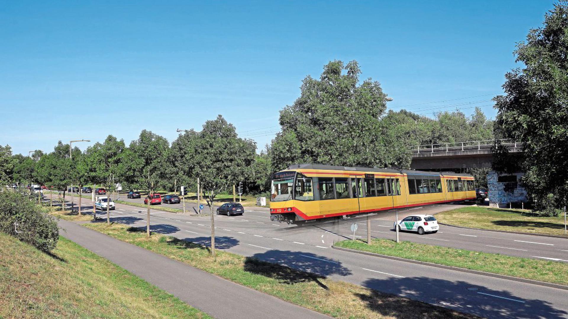 Unter den DB-Gleisen hindurch geradewegs über den viel befahrenen Ostring hinweg – wie es diese BNN-Collage zeigt – soll die S31/32 voraussichtlich ab 2024 in die Karlsruher Innenstadt fahren.