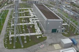 Strommasten, Leitungen, Gebäude