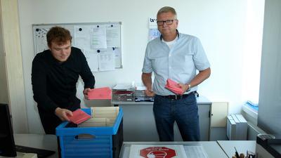 Amtsleiter Mario Berny und Mitarbeiter Lukas Störk sortieren in Philippsburg die eingegangenen Wahlbriefe.