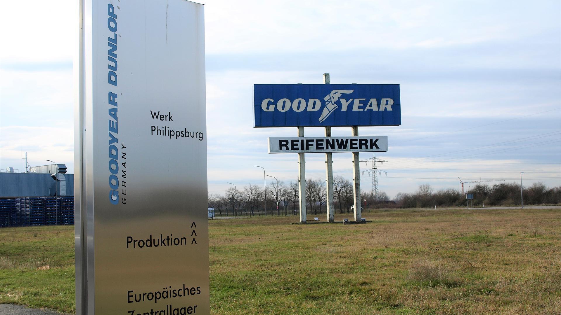 Freies Gelände mit Goodyear Schild