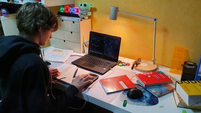 Junge an Schreibtisch und Computer