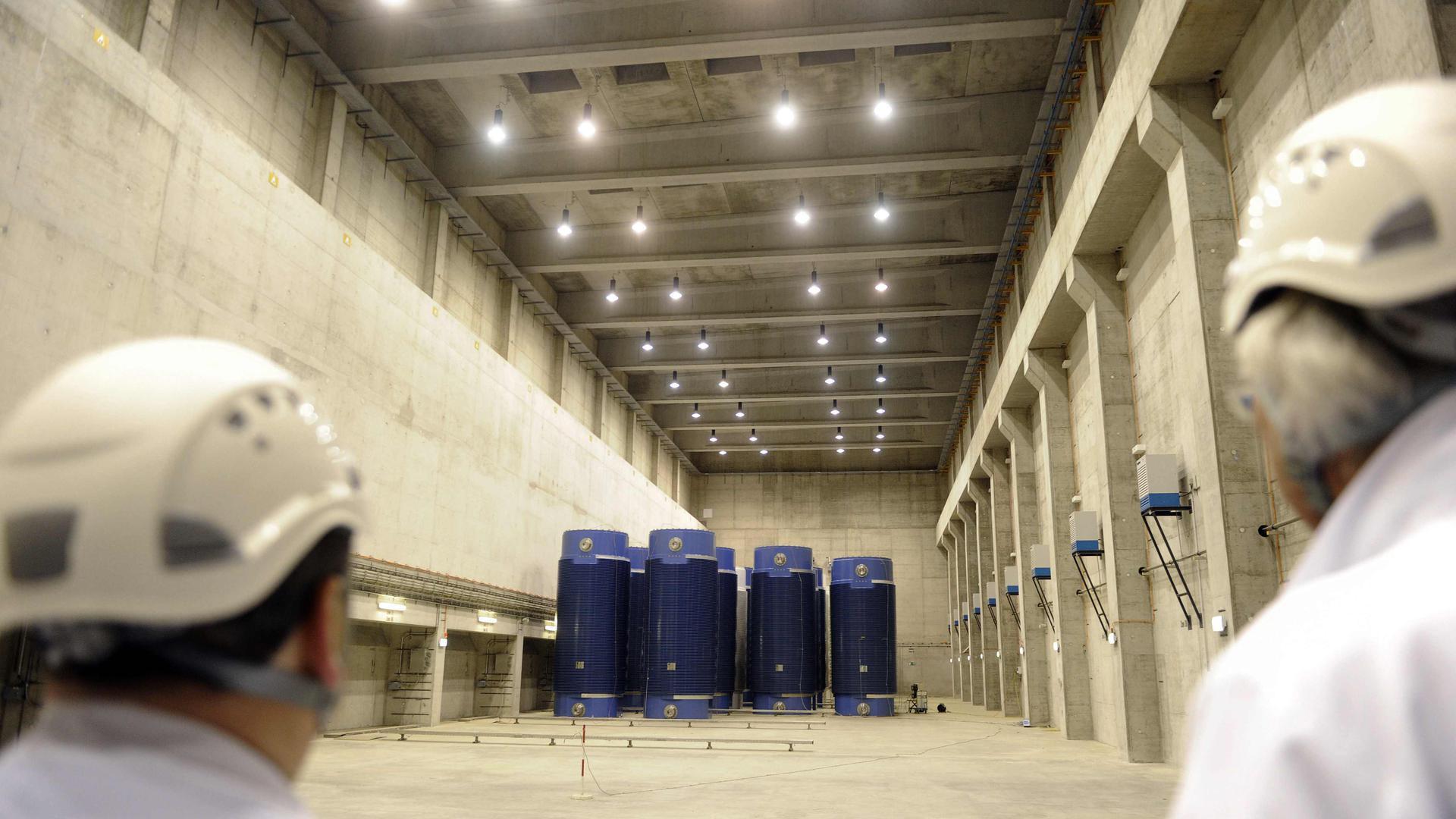 Das Foto vom Mittwoch (17.11.2010) zeigt das mit 34 Castor-Behältern gefüllte Zwischenlager für Atommüll am Kernkraftwerk Philippsburg (Kreis Karlsruhe). Bis Mitte 2005 wurde der aus dem Betrieb des Siedewasserreaktors KKP 1 und des neueren Druckwasserreaktors KKP 2 stammende Abfall zur Wiederaufarbeitung auf die Reise ins französische La Hague und ins englische Sellafield geschickt. Der zwischen den Stromversorgern mit der damaligen Bundesregierung ausgehandelte Atomkonsens machte damit Schluss. Die Betreiber mussten Zwischenlager an ihren Meilern errichten, in dem der Atommüll so lange bleiben soll, bis ein Endlager gefunden ist. Foto: Uli Deck dpa/lsw (Zu lsw Korr _Vorsicht Strahlung: Der Atommüll am Meiler Philippsburg_ vom 18.11.2010) ++ +++ dpa-Bildfunk +++