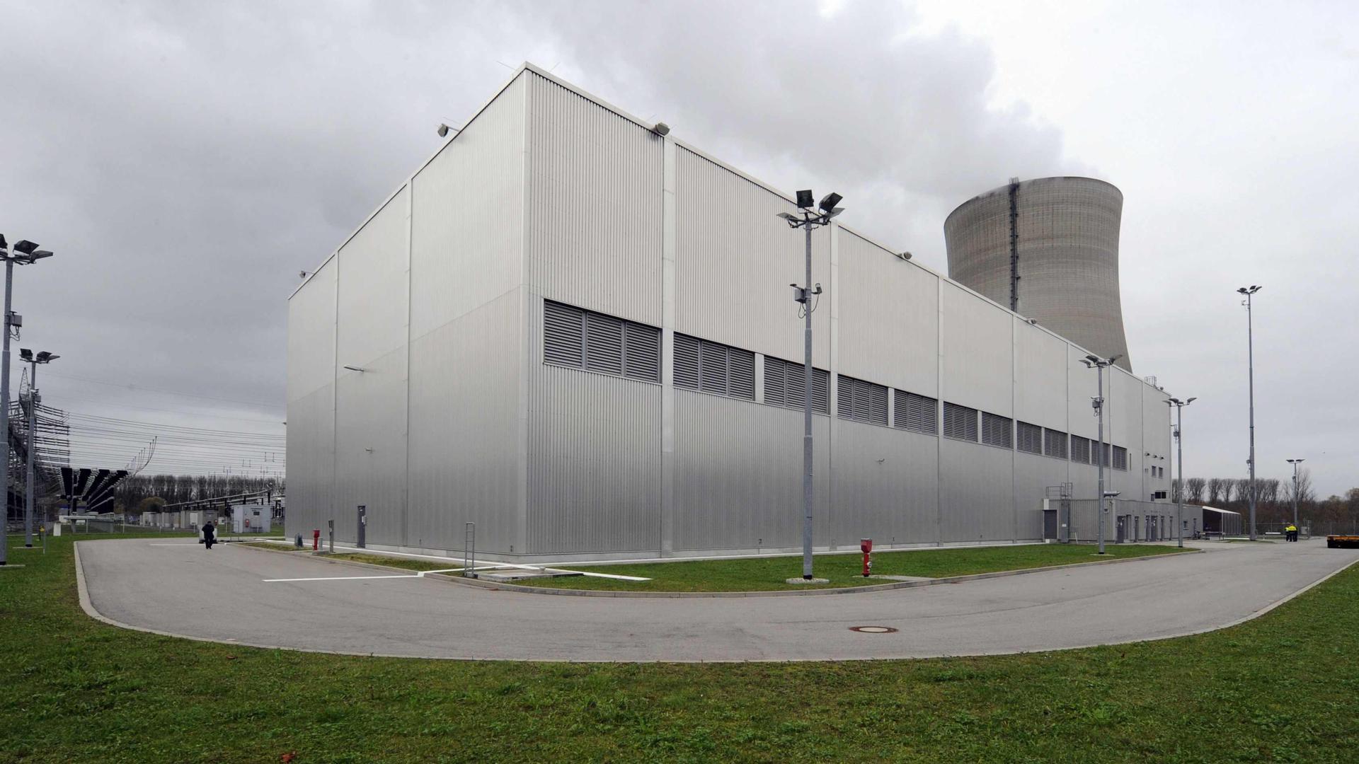 Das Foto vom Mittwoch (17.11.2010) zeigt eine Außenaufnahme des Zwischenlagers für Atommüll am Kernkraftwerk Philippsburg (Kreis Karlsruhe). Bis Mitte 2005 wurde der aus dem Betrieb des Siedewasserreaktors KKP 1 und des neueren Druckwasserreaktors KKP 2 stammende Abfall zur Wiederaufarbeitung auf die Reise ins französische La Hague und ins englische Sellafield geschickt. Der zwischen den Stromversorgern mit der damaligen Bundesregierung ausgehandelte Atomkonsens machte damit Schluss. Die Betreiber mussten Zwischenlager an ihren Meilern errichten, in dem der Atommüll so lange bleiben soll, bis ein Endlager gefunden ist. Foto: Uli Deck dpa/lsw (Zu lsw Korr _Vorsicht Strahlung: Der Atommüll am Meiler Philippsburg_ vom 18.11.2010) ++ +++ dpa-Bildfunk +++